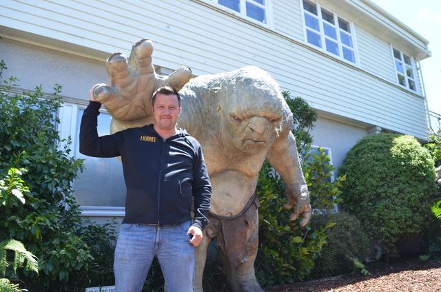 Keresztes Dániel és egy troll a Weta Wexford Office irodaházának szomszédságában