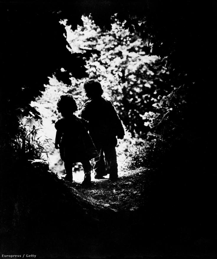 A világháborúban szerzett sérülése után Smith sokáig szenvedett, úgy volt, hogy a fotózást sem tudja folytatni. Ekkoriban sétált ki gyermekeivel a kertbe, és készült az egyik leghíresebb, legszebb képe: A séta az édenkertbe.