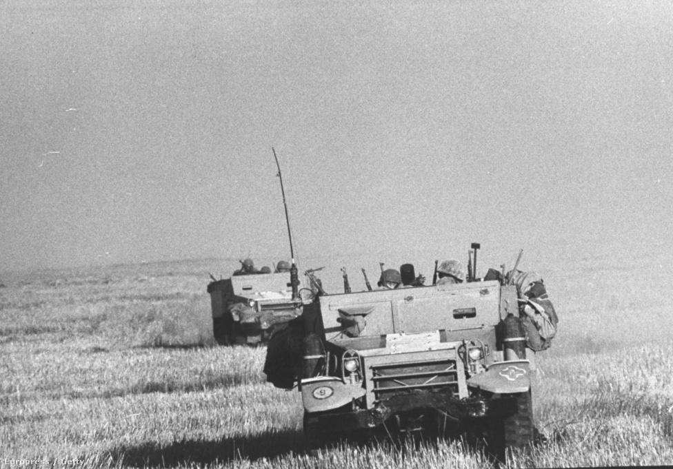 1967. június 5, a hatnapos háború első napja. Schutzer izraeli katonákkal autózott, amikor egyszercsak fejbelőtték, alig néhány pillanattal később pedig felrobbantották a konvojt. A holttestét csak napokkal később találták meg, a sivatagban ott hevert a fényképezőképe is érintetlenül. Az utolsó tekercsén ez volt az utolsó kocka.