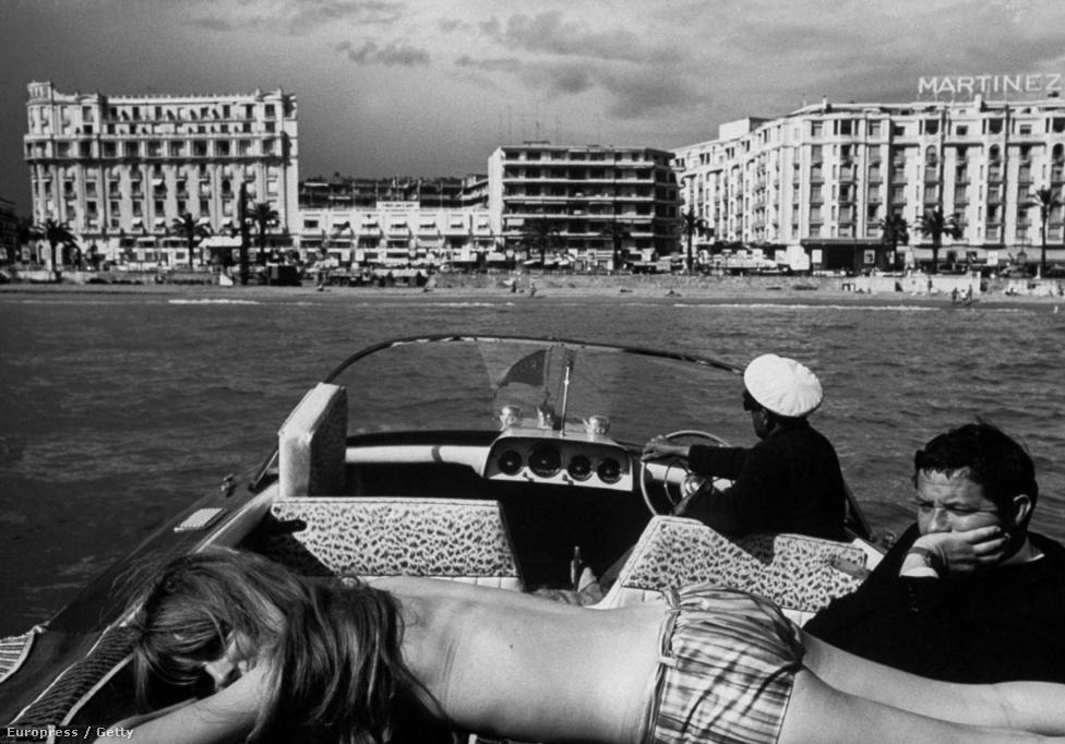 A Cannes Film Fesztivál vendégei egy motorcsónakon napoznak. Schutzernek szoros kapcsolata volt a filmvilággal, több forgatáson is fotózott.