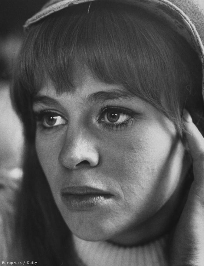 Az angol Julie Christie 1966-ban kapott Oscar-díjat, és nem sokkal később jelent meg a LIFE magazin címlapján. Schutzer végig fotózta őt a Farenheit 451 forgatása alatt, és nagyon kellemes emlékeket őrzött. A jegyzetei szerint nyugalom és tisztelet lengte be a forgatást, ahol Truffaut, a francia rendező, és Christie, az angol színésznő, mindvégig magázódtak. Christie a kor ikonikus szimbóluma lett, Schutzer képei pedig nagyon jelentősek.