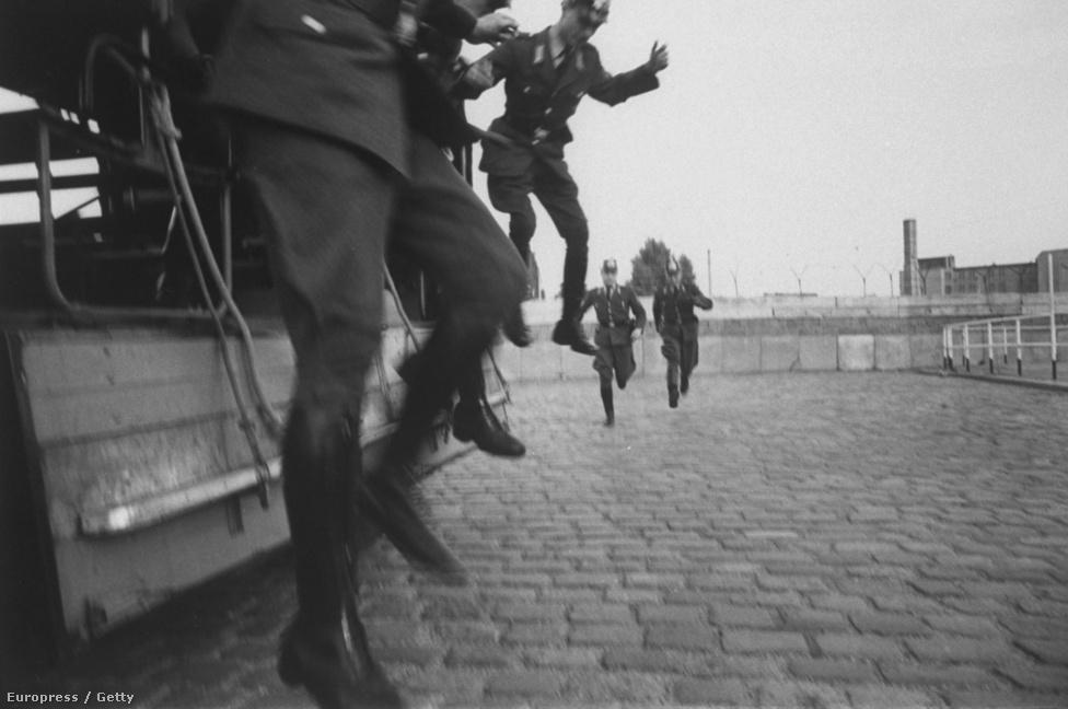 Schutzer tragikusan rövid élete alatt minden fontos történelmi eseményen ott volt: 1961-ben három nyugat-német áll éppen szolgálatba.