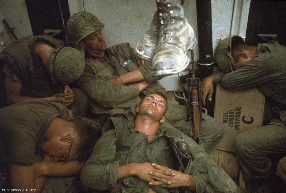 Amerikai tengerészgyalogosok alszanak egy kicsit a vonaton a vietnámi háború idején.