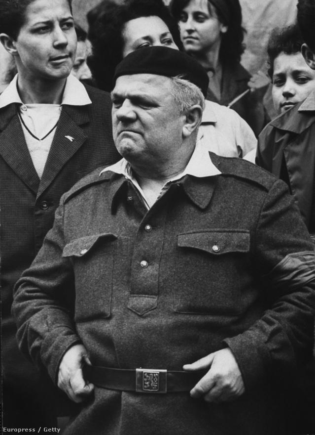 Kelet-Európába is eljutott fotósként, itt most egy cseh bácsi nézi az ünnepi felvonulást.