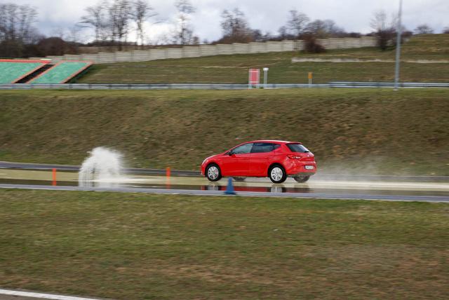 A téli gumival felszerelt autót harminc-negyven kilométeres tempóról körülbelül 13-15 méteren belül állóra lehet fékezni