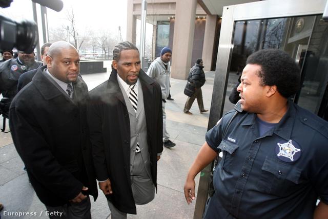 R. Kelly 2008. januárjában, a pedofilügy miatt a bíróságon