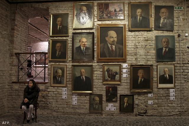 Árverésen a KIM raktárából előkerült kommunista relikviák 2010-ben