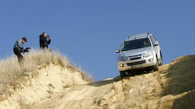 Az automataváltós Isuzu sofőrének volt a legkevesebb dolga