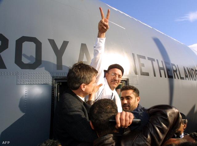 A vádak alól felmentett Fhima megérkezik a Tripoli repülőtérre