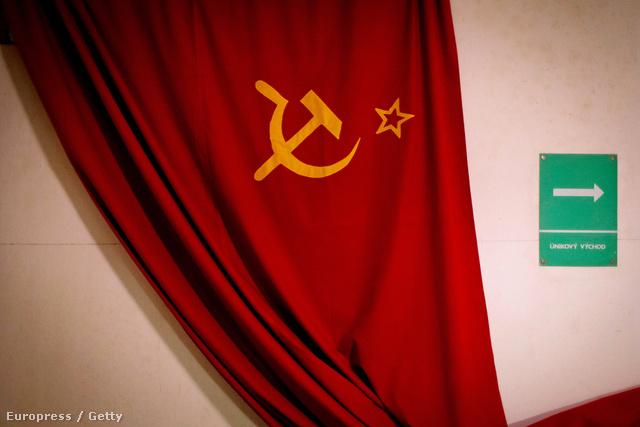 A szovjet zászló részese annak a kiállításnak, amely a Vencel téren lévő Jalta Hotelben nyílt. A kiállítás az atombunkereket mutatja be.