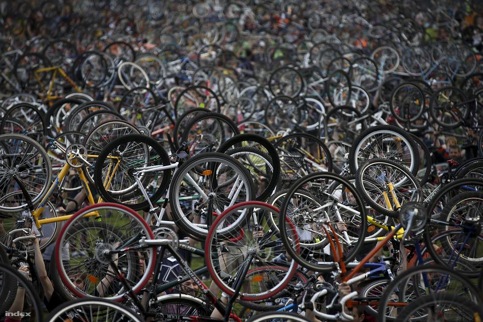 Biciklitenger az utolsó Critical Mass felvonuláson. Kilenc év után idén áprilisban a szervezők úgy döntöttek, felvonulások helyett inkább a szakmai érdekképviselet erősítésére fognak koncentrálni. Budapesten mindenesetre egyre jobb biciklizni, igaz, még mindig rengeteg a megoldatlan probléma.