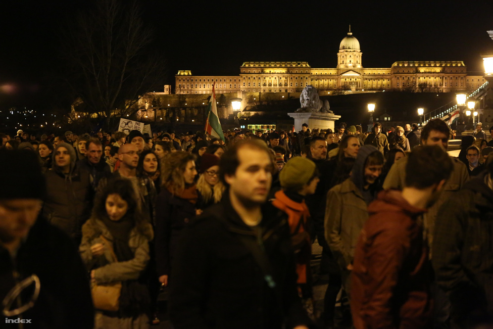 """Több ezren álltak ki a budai Várban az Alaptörvény negyedik módosítása ellen a szavazás napján, március 11-én. A tüntetők este nyolckor a Várban arra szólították fel Áder János köztársasági elnököt, hogy ne szentesítse a módosítást, ezért azt kiabálták, hogy """"Ne írd alá, János!"""" A végig jelszavakat kiabáló, több ezres tömeg este tíz után a Parlamenthez vonult.                          Az ellenzék, Szabó Máté alapjogi biztos, Sólyom László volt köztársasasági elnök és a civil kritikusok azt kifogásolták a módosításban, hogy egyrészt az Alaptörvény korábban alkotmányellenesnek minősített rendelkezésekkel bővül, és így nem tud majd egységes alkotmányként funkcionálni. Másrészt jelentősen gyengül az alapvető jogok alkotmányos védelme, és az Alaptörvény teljesen védtelenné válik a jövőbeni alapjogsértő beavatkozásoktól. Az Alaptörvénynek nem ez volt az utolsó módosítása 2013-ban."""