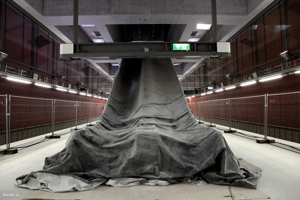 Néhány másodperc elég a kelenföldi metrómegállóban, hogy egyértelművé váljon: a BKK szerint nem Kelenföld lesz Budapest következő kulturális és üzleti központja. A négyes metró új állomása, diszkréten ugyan, de azt az üzenetet suttogja a kedves utazóközönség fülébe: szállj be a következő metróba, és húzz el a város azon pontjára, ahol zajlik az élet.
