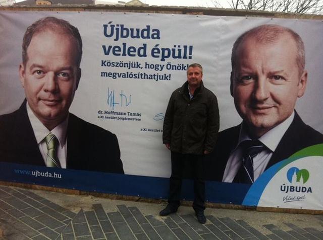 Molnár Gyula a Móricz Zsigmond körtéri Gombánál Hoffmann Tamás és Simicskó István plakátja előtt.