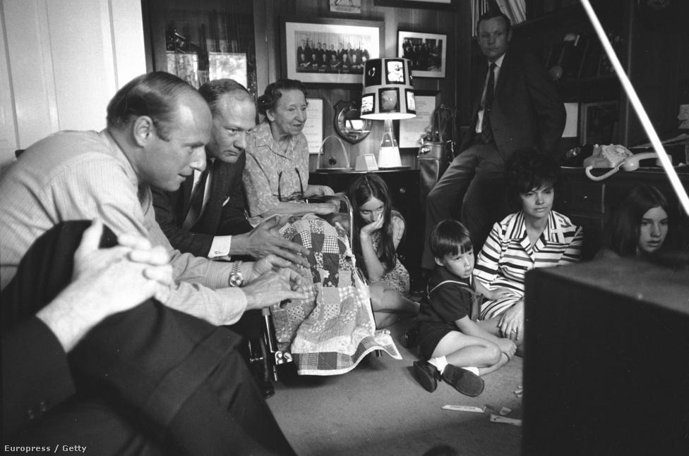 Jim Lovell parancsnok családja figyeli a híreket a Tv-ben.