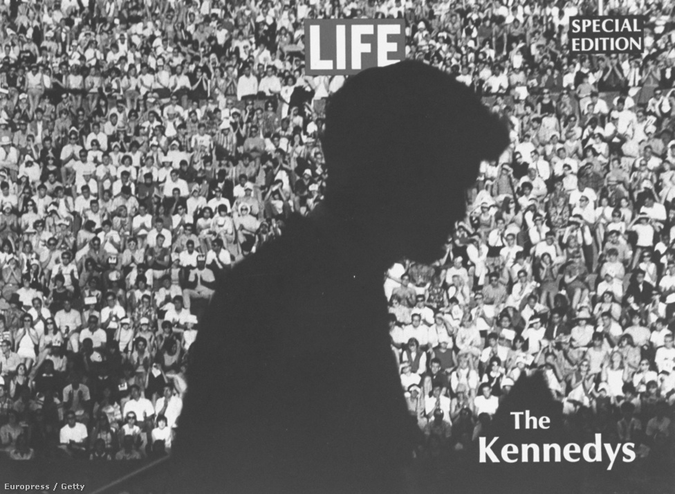 Robert F. Kennedy szenátor egyik kampányállomásán. Eppridge leghíresebb fotóit a fiatalon meggyilkolt Kennedy szenátorról készítette.