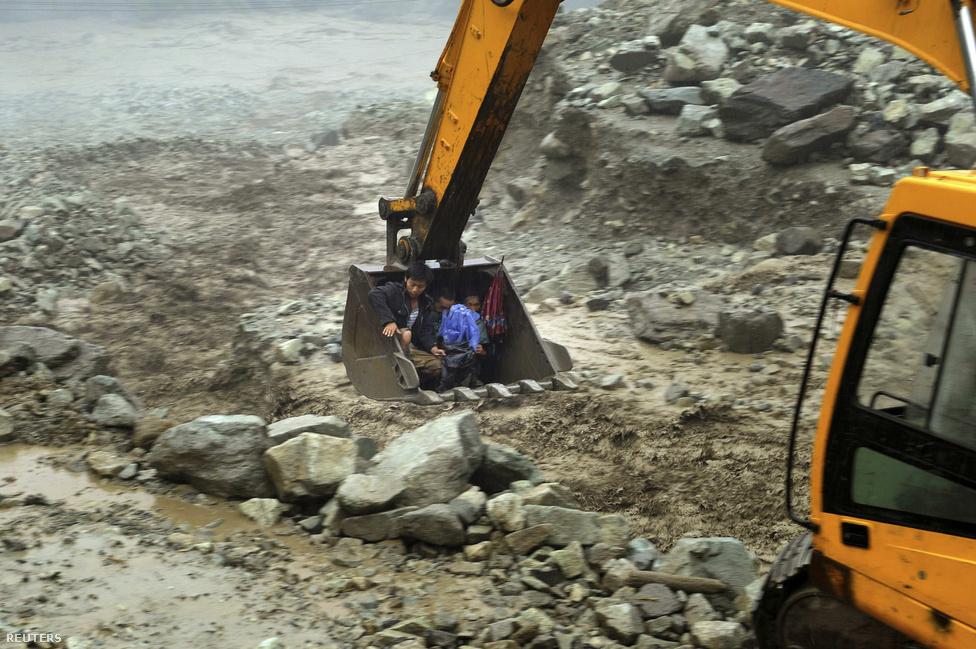 Földcsuszamlások és sárlavina kísérték az esőzéseket július elején Kína délnyugati részén, Szecsuan tartományban. Az árvízként hömpölygő sárlavina hidakat sodort el és több millió embert veszélyeztetett a környéken.