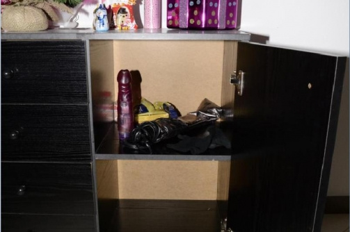 Dildó a szekrényben.