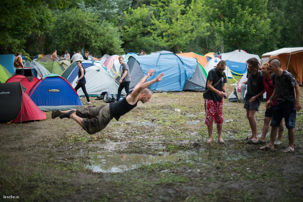Az esős időjárás ellenére is sikerült elérni a tavalyi 80 ezres látogatószámot a júliusi 14. Borsodi Hegyalja Fesztiválon. A négynapos rendezvény ideje alatt az éves átlagos csapadékmennyiség több mint 10 százaléka hullott a Szabolcs-Szatmár-Bereg megyei Rakamaz határában kialakított fesztiválterületre. A rendezők 300 köbméter homok kiszórásával enyhítették az eső okozta helyzetet, valamint 72 köbméter vizet szivattyúztak le a talajról. Scooter, Down, Slayer és Ensiferum a fellépők között.