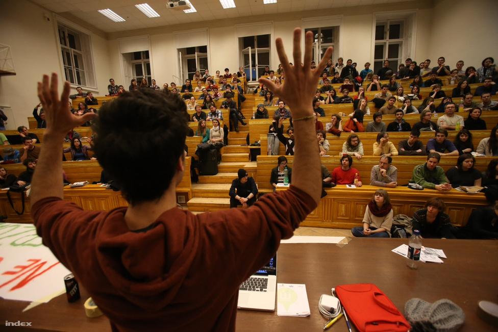 Február 11-én a Hallgatói Hálózat által szervezett vonulás végén  több száz diák özönlött be az ELTE BTK több előadótermébe. Bár a nap folyamán a diákok még mentek egy kört a városban, és több egyetemet is meglátogattak, végül a bölcsészkarra tértek vissza, és sokuk az éjszakát is ott töltötte. Ezzel kezdetét vette az első budapesti egyetemfoglalás, amit másnap még a hagyományos, külföldi mintáknak megfelelően gondoltak kivitelezni a diákok. Azaz az oktatás ellehetetlenítésével akarták elérni, hogy az egyetem összes hallgatóját bevonva blokádot terjesszenek ki az egész campusra, így tiltakozva a kormány felsőoktatáspolitikája ellen. Ezt azonban nem minden diák fogadta kitörő örömel, így végül spontán óramegzavarások helyett az oktatókkal előre megbeszélt időpontokban tűntek fel a kurzusokon és akkor foglalták össze röviden hogy mit és miért csinálnak. Az ELTE BTK egyik termét február 11-e óta foglaló diákok végül március 26-án jelentették be, hogy sikerült megállapodniuk az egyetem vezetőségével, és ezért az egyetemfoglalás véget ért.
