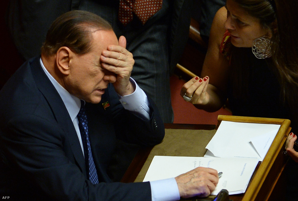 Komoly kormányválság állt elő Olaszországban, miután Silvio Berlusconi pártja, a Szabadság Népe (PdL) öt miniszterét is utasította, hogy mondjanak le posztjukról. Berlusconi eltökélte, hogy megbuktatja Enrico Letta miniszterelnök kormányát, de végül meghátrált, így a kormányfő könnyedén nyerte a bizalmi szavazást az olasz parlament két házában. Az adócsalásért jogerősen négy évre ítélt Berlusconit azóta kizárták a szenátusból, és legalább hat évig nem indulhat parlamenti választáson. Ettől még azonban tervei szerint az olasz közélet meghatározó szereplője marad.