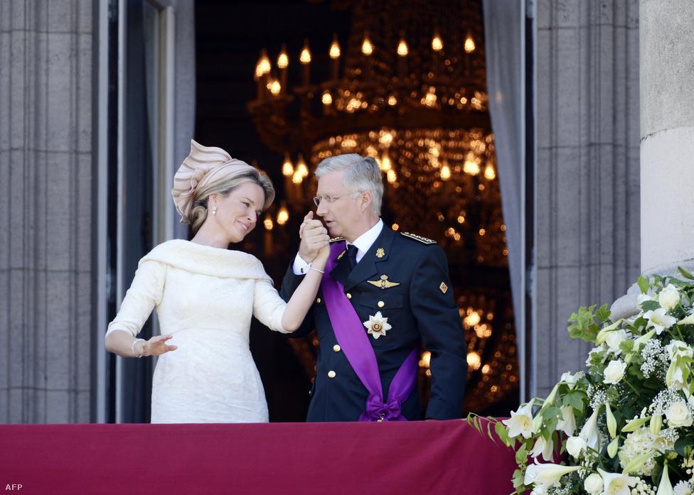 II. Albert belga király lemondott a trónról július közepén fia, Fülöp javára. A sokak által sótlannak tartott Fülöpre koronaékszerek nem, ellenben komoly feladat még vár: neki is az egység szimbólumává kell válnia a flamandok és a vallonok között az egyre inkább szakadozás jeleit mutató Belgiumban.