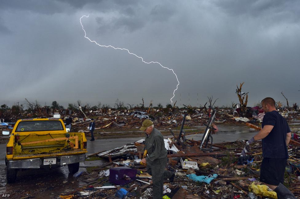 Villám sújt le a tornádó által letarolt oklahomai város, Moore romjaira május 23-án. Oklahoma City elővárosában, Moore-ban két iskolát földig rombolt a vihar, sok ház megsemmisült. A szél sebessége elérhette a 320 km/órát, 91-en meghaltak, több száz kilométerre is találtak törmeléket.