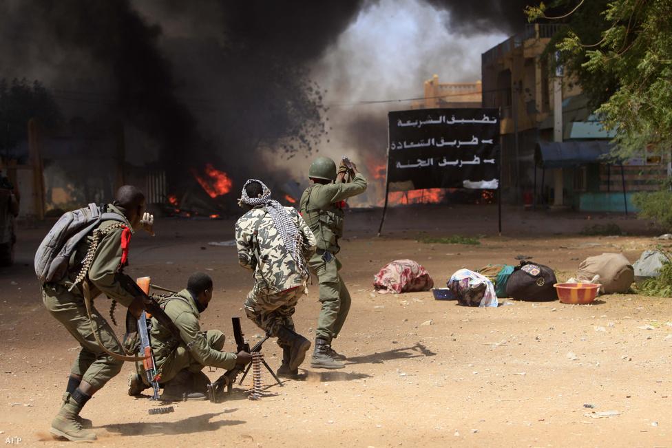 Tűzpárbaj a mali város, Gao utcáin február 21-én. Légicsapásokkal, harci helikopterekkel avatkozott az egykori gyarmattartó Franciaország a mali polgárháborúba, és sikerült is megállítani az iszlamisták előrenyomulását. Az ország stabilizálása azonban még sokáig eltarthat.
