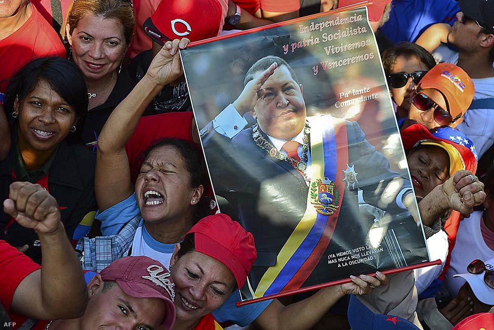Hugo Chávezt gyászolók a volt venezuelai államfő temetésén Caracasban március 8-án. Chávez holttestét Leninhez hasonlóan bebalzsamozták majd közszemlére tették. Chávez ötvennyolc éves volt. Először 2011 közepén diagnosztizáltak nála daganatos megbetegedéseket, vagyis csaknem két éve küzdött a rákkal. Több alkalommal is kezelték Kubában, négy műtéten esett át, az utolsón tavaly decemberben.