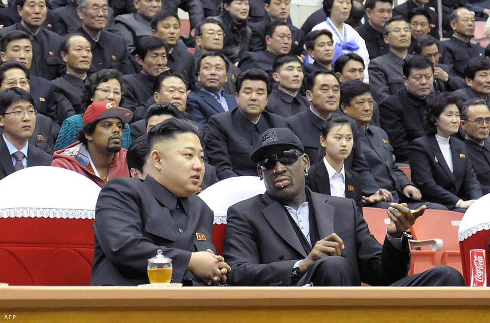 """Dennis Rodman volt amerikai kosárlabdázó és Kim Dzsongun, a Koreai Munkapárt első titkára egy Phenjanban rendezett kosármeccsen beszélget február 28-án. Rodman decemberben visszatért Észak-Koreába, """"örök jó barátjának"""" nevezve a nagybátyját is kivégeztető diktátort. Rodman az észak-koreai kosárválogatott edzéseit is felügyelné, illetve a január 8-ára, Kim Dzsongun születésnapjára tervezett gálameccs részleteiről is beszéltek."""