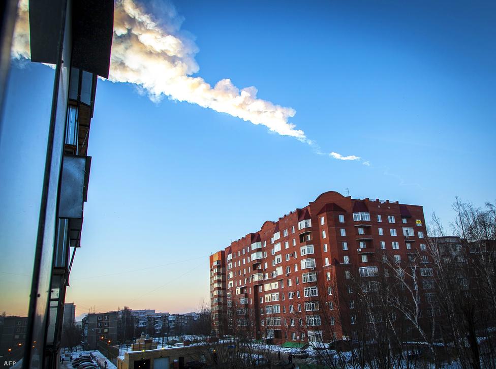 Meteorit nyoma látszik az égen az Urál hegységben fekvő Cseljabinszk városa felett, ahová az akkor még ismeretlen eredetű égitest nagy pánikot keltve csapódott február 15-én. A jelenség szemtanúk szerint nagy fénnyel és hangos robbanással járt, a meteor fényes pászmát húzott az égen, erről többen felvételt is készítettek.