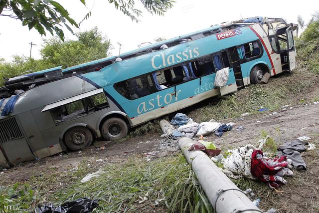 Az autóbusz roncsai, amely eddig ismeretlen okból letért az útról és ötven métert gurult lefelé egy vízmosásba, Sao Paulo közelében, 2013. december 22-én.
