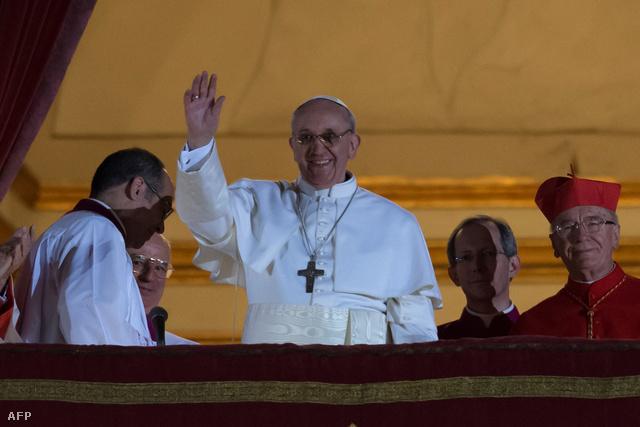 Ferenc pápa integet a tömegnek a Vatikánban, megválasztása napján