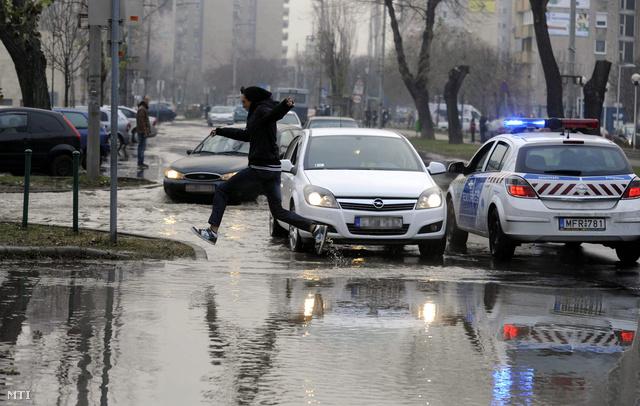 Vízben áll Csepelen a Kiss János altábornagy utca és a Kossuth Lajos utca közötti füves parkoló terület valamint a környező utcák mert eltört egy 150 milliméteres víznyomócső 2013. december 23-án emiatt csaknem 500 emberotthonában nem lesz ivóvíz várhatóan estig.