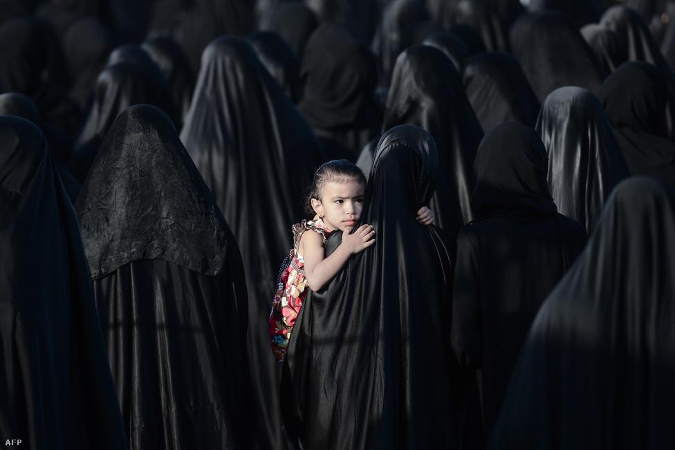 Kislány az asszonyok között Szajed Omran Hamíd temetésén Bahreinben. A 26 éves férfi hozzátartozói szerint a rendőrök által bevetett, mérgező könnygáz belélegzésébe halt bele, légzési problémák léptek fel nála. Bahreinben két éve tartanak kisebb nagyobb megszakításokkal a királyi család ellenes tüntetések.