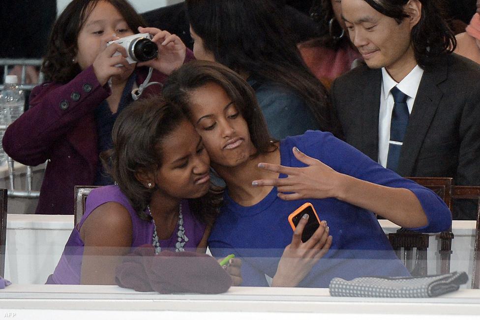 Sasha és Malia, Barack Obama lányai selfieznek Obama beiktatásán Washingtonban január 21-én. A négy évvel ezelőttivel ellentétben ezúttal nem csúszott baki Barack Obama beiktatásába a kongresszusnál, igaz, ezúttal hivatalosan már egy nappal korábban, vasárnap letette az esküt a Fehér Házban.