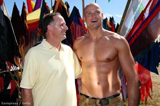 John Key (balról), Új-Zéland miniszterelnöke elment a melegfelvonulásra. Ott egy félmeztelen, homoszexuális férfival fényképezkedett. Mindez még februárban volt, és képzeljék, Új-Zélandot azóta sem nyelte el az óceán!