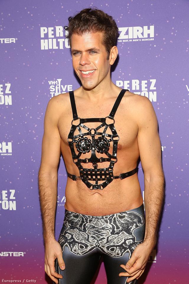 Ez pedig Perez Hilton, aki éppen valamit visel. Mi kérünk elnézést