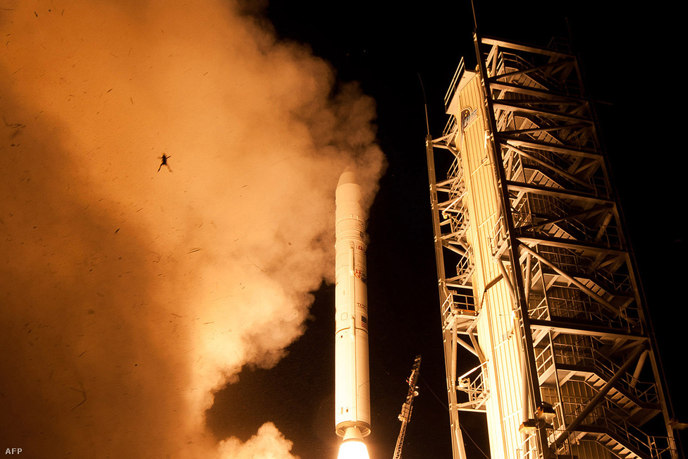 Elképesztő: a NASA épp a LADEE nevű szonda Holdra való kilövését fotózta, mikor lencsevégre kaptak egy magasba repülő békát: rosszkor volt rossz helyen. Azt sajnos nem tudni biztosan, hogy az állat túlélhette-e valahogyan a tortúrát.