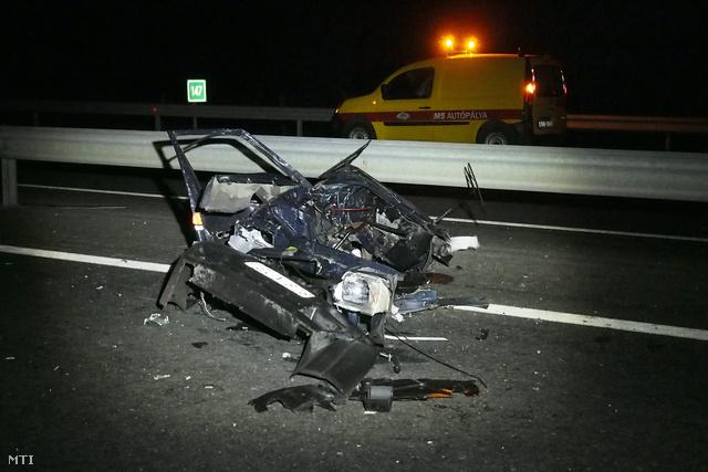 Kettészakadt autó roncsai az M5-ös autópályán Balástya közelében ahol összeütközött három személygépkocsi 2013. december 26-án.