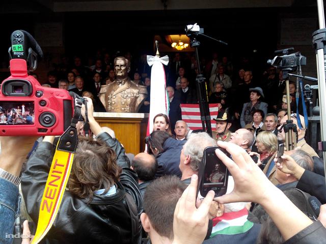 A Szabadság téri Hazatérés temploma előtt, az első bécsi döntés 75. évfordulójára időzítve avatták Horthy Miklós mellszobrát, 2013. november 3-án.
