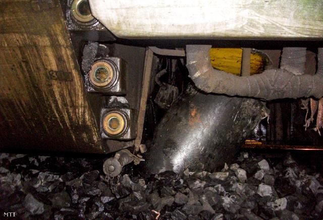 A GYSEV kisiklott Bécsújhelyre közlekedő motorvonata maga alá gyűrte az olajtartályt.