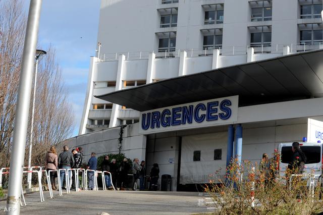 Újságírók a kórház bejáratánál
