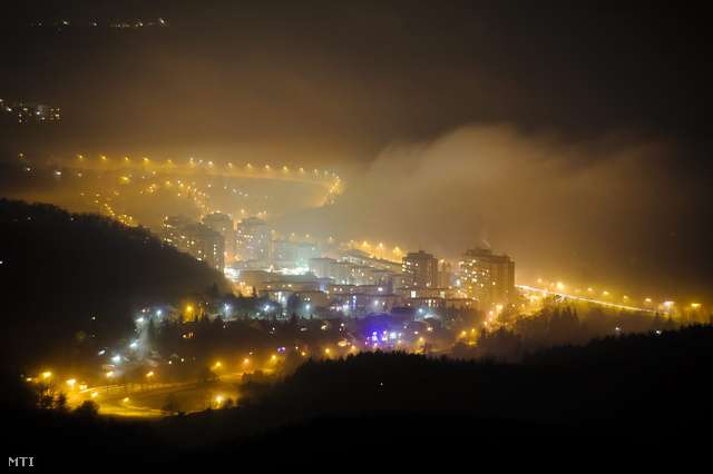 Éjszakai köd Salgótarján belvárosa felett