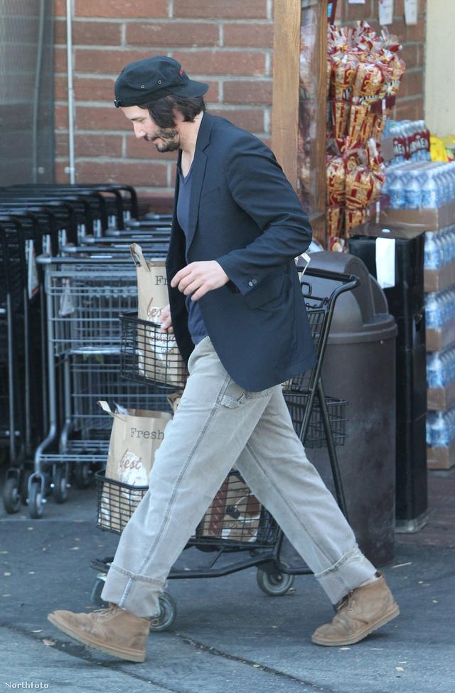 A színész alaposan felpakolt a Bristol Farms üzletében. Lehet, hogy a szilveszterre készül.