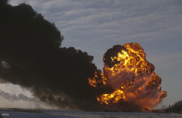 nyersolajat szállító, majd kisiklott vonat tartálykocsijai lángolnak Casselton határában