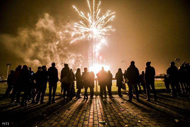 Tűzijáték a budapesti Kincsem Parkban megrendezett hagyományos óévbúcsúztató Ügetőszilveszteren