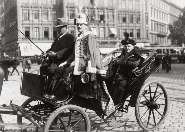 Barczy István, Budapest polgármestere 1914-ben egy lovashintón