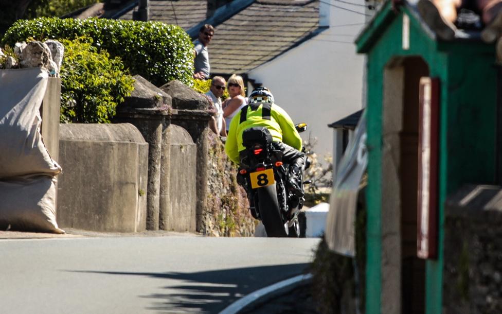 Az Isle of Man Tourist Trophy-n 1935 óta alkalmaznak motoros pályabírókat. Amolyan elit alakulat, kizárólag meghívásos alapon jelölhetnek ki személyeket a feladatra, minden évben nyolcat. Idén nyolc Manx Grand Prix győzelem, és egy TT dobogó volt a mérlegük összességében.