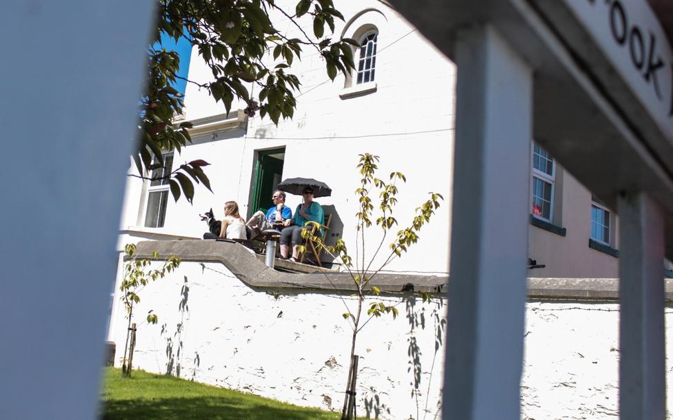 Sokan feleséggel, gyerekkel és kutyával látogatnak az Ír-tengeren fekvő szigetre, és házat bérelnek két hétre. A család és kutyusa nagy érdeklődéssel figyeli a legendás Ballaugh Bridge-n ugrató motorosokat.